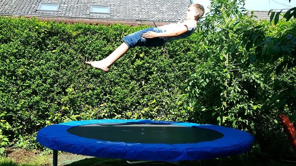Dreng hopper på trampolin
