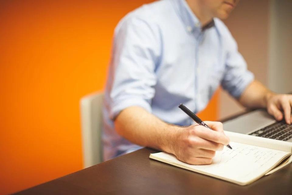 Mand med kontorstol og skrivebord
